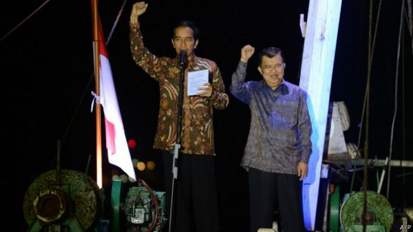 Jokowi-menyampaikan-salam-tiga-jari-dalam-pidato-kemenangannya-di-Pelabuhan-Sunda-Kelapa.-BBC